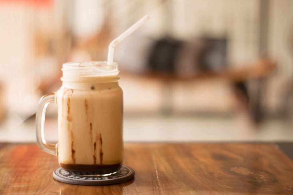 Eiskaffee als Tipp gegen Hitze im Büro. Kalter Kaffee, Vanilleeis und Sahne schmeckt einfach lecker.