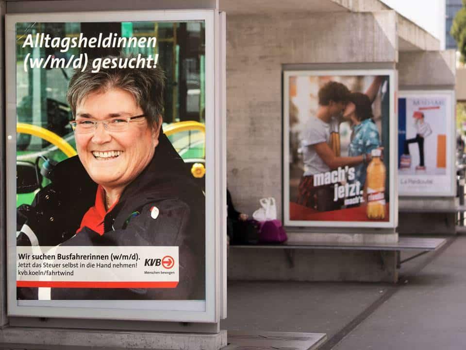 Personalmarketing_Außenwerbung_Busstation_Plakat_HR-Consultion_Köln-min