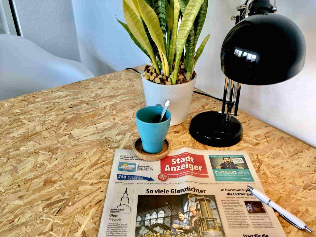 Zeitungsanzeige eines Bahnunternehmens mit Bewerbung einer Recruitingveranstaltung auf der Titelseite des Wochenblatts als Offline-Personalmarketingmaßnahme